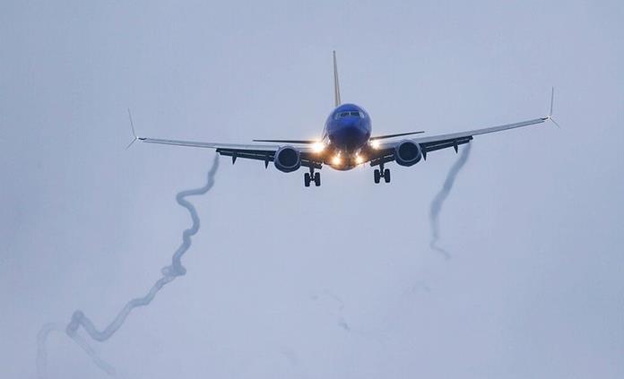 Pasajero arremete contra cabina y agrede a asistente en pleno vuelo