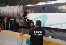 Choque de autobús de pasajeros contra pipa de turbosina deja 37 heridos