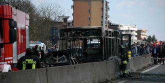 Chofer de autobús escolar secuestra a sus 51 pasajeros en Italia