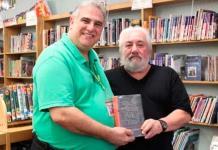 Hombre devuelve libro a la biblioteca de su escuela 53 años después