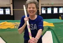 A los 84 años hace de todo en la pista atlética, hasta pértiga