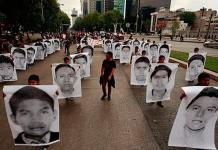 Detienen a policías por agresiones contra papás de 43 normalistas