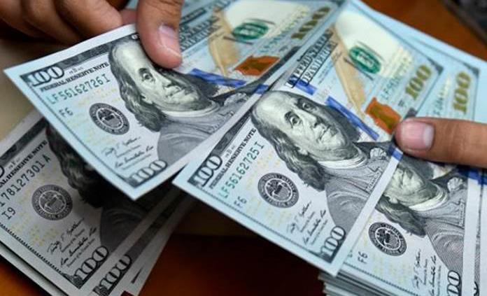 Dólar gana 17 centavos y cierra en 19.94 pesos a la venta