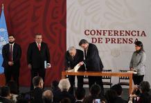 AMLO firma memorándum para sustituir al Seguro Popular