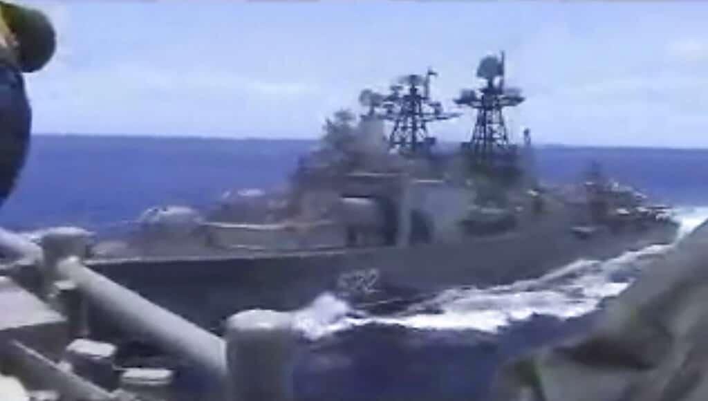 Maniobras peligrosas entre dos naves de guerra de EU y Rusia