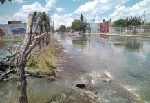 Vecinos bloquean Prolongación Moctezuma; aguas negras inundaron sus casas