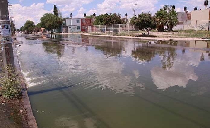Aguas negras en Prol. Moctezuma invaden hogares