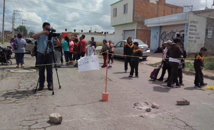 Por aguas negras, bloquean otra vez Prolongación Moctezuma