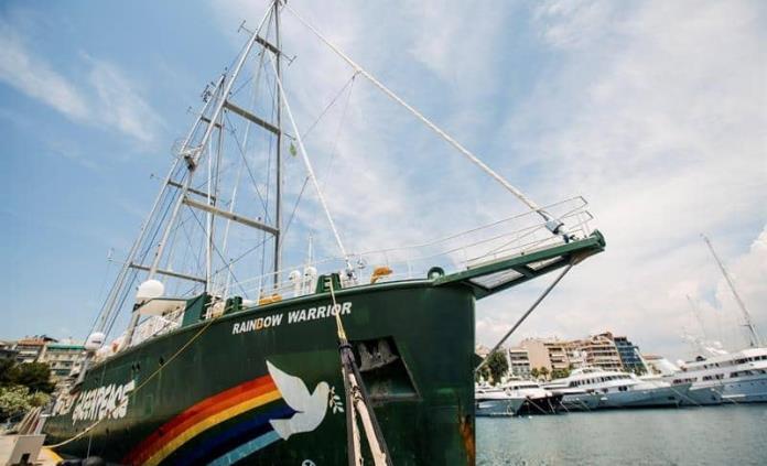 Barco Rainbow Warrior de Greenpeace apoya protesta griega