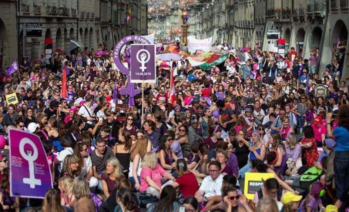 Con huelga y escultura gigante mujeres suizas piden trato igualitario