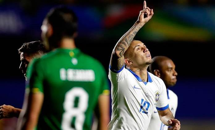 Brasil golea 3-0 a Bolivia con doblete de Coutinho y un tanto de Everton