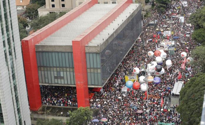 Miles de trabajadores realizan paro nacional y manifestaciones en Brasil