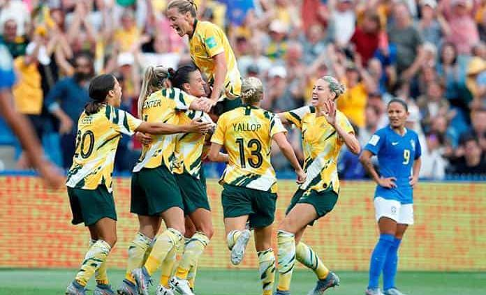 Australia vence a Brasil 3-2 con ayuda de un autogol