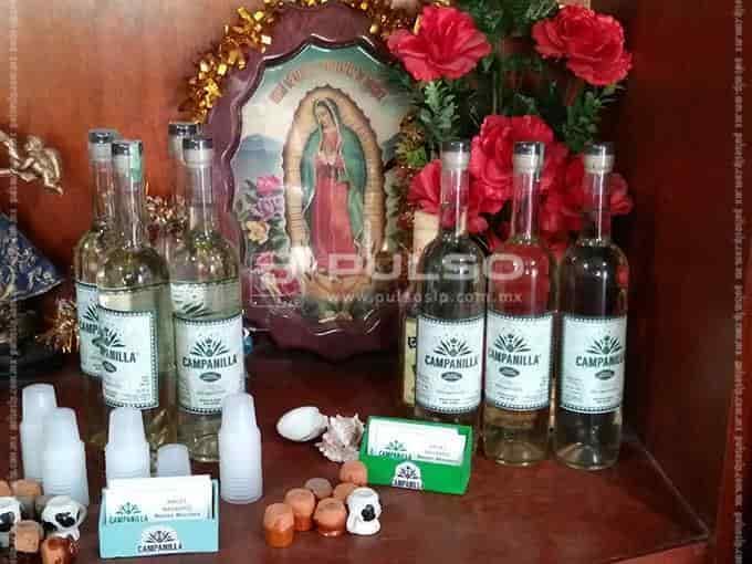 Las botellas para venta entre la Guadalupana, la Sanjuanita y el Niño de Atocha.