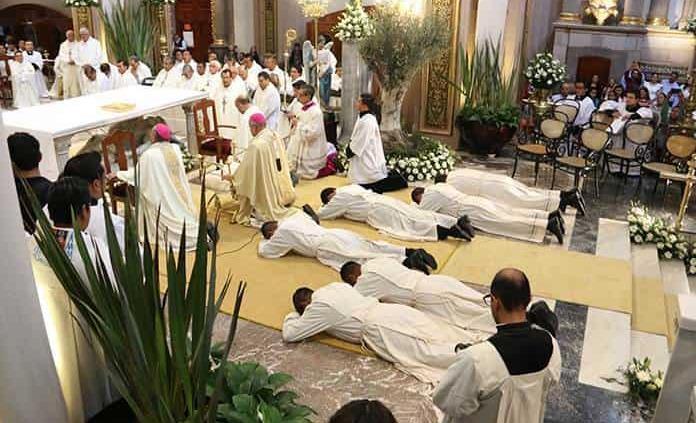 Ordena arzobispo a dos sacerdotes y cuatro diáconos
