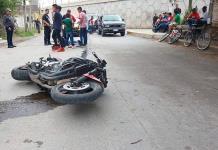 Motociclista resulta lesionado al impactar contra una camioneta