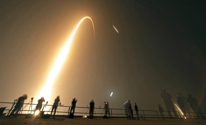 """SpaceX lanza al espacio cohete """"Falcon Heavy"""" con 24 satélites"""