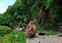 Cerro deja incomunicado a Xilitla al desgajarse sobre la carretera federal