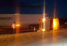 Muere un hombre al volcar camión en la ´57