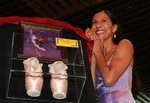 Elisa Carrillo baila y devela zapatillas firmadas en Salón Los Ángeles