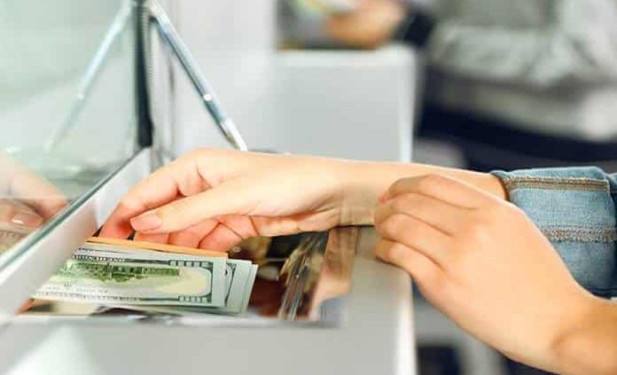 Dólar sigue a la baja, cierra en 19.76 pesos a la venta