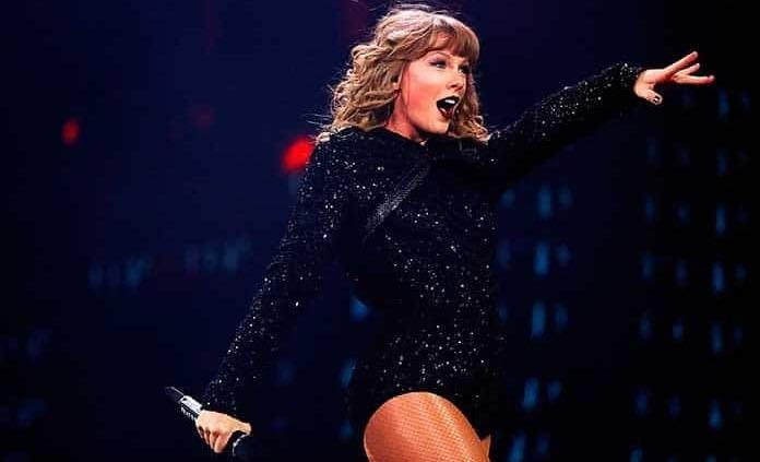 Taylor Swift y Becky G cautivan en un concierto para suscriptores de Amazon