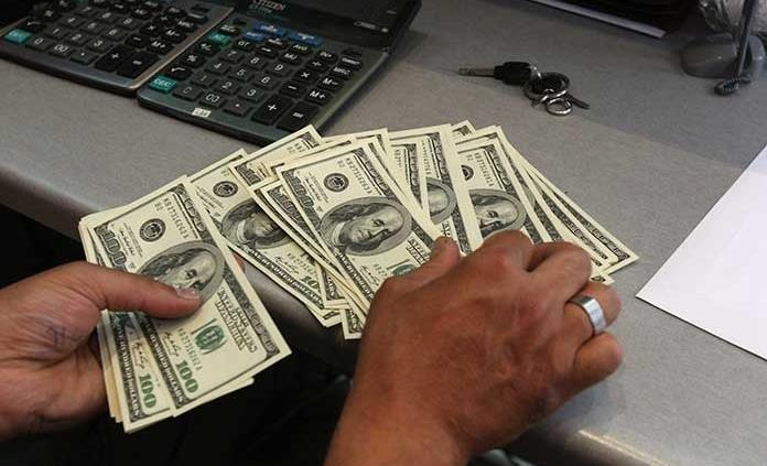 Dólar retrocede, se vende en 19.97 pesos en bancos