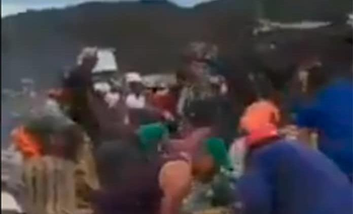 VIDEO: Mientras chofer se calcina en la cabina, decenas roban mercancía de tráiler accidentado en Jalisco