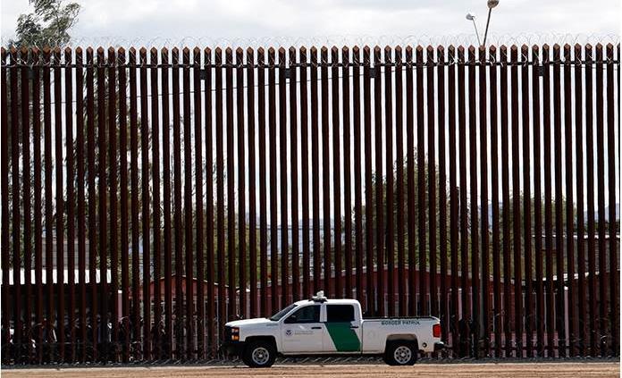 Trump pide a Corte Suprema que descongele dinero para muro