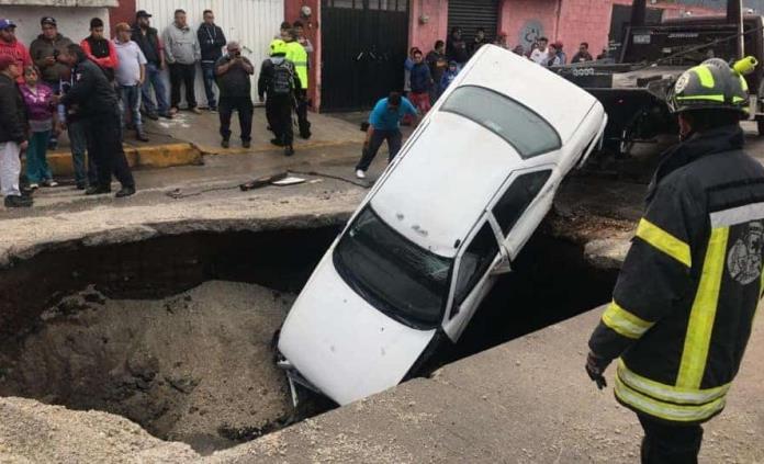 Reportan dos socavones, uno en Ecatepec donde caen dos automóviles