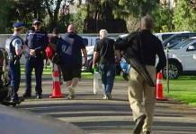 Ciudadanos de Nueva Zelanda entregan sus armas a cambio de dinero