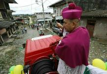 Obispo combate violencia con agua bendita en Colombia
