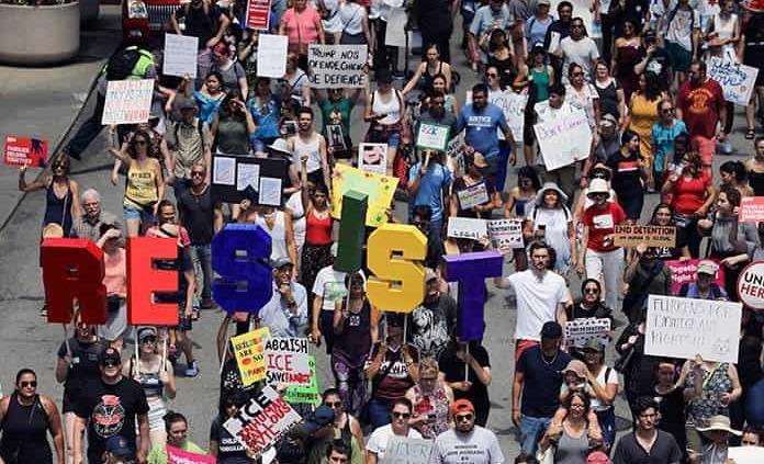 Miles protestan en Chicago por medidas migratorias de Trump