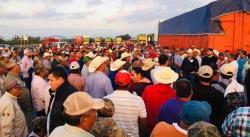 Bloquean productores agrícolas la carretera a Matehuala