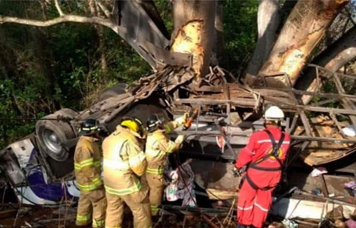 Volcadura de autobús deja 8 muertos y 21 heridos en Nayarit