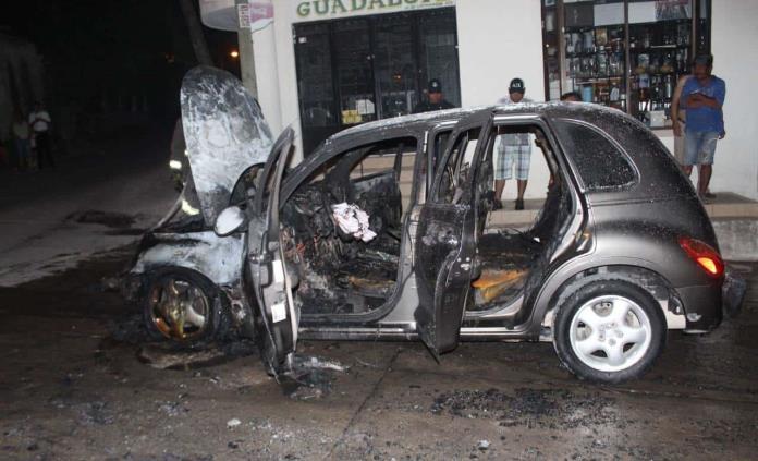 Vehículo queda reducido a chatarra al incendiarse tras salir del taller