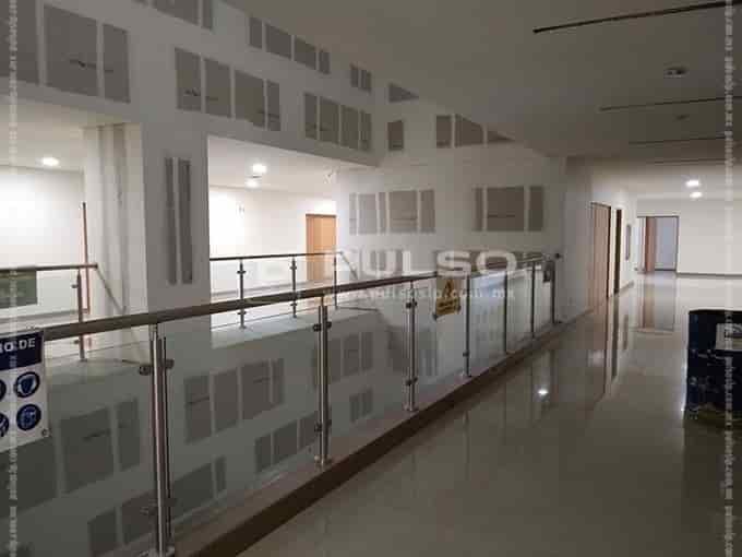 Los niveles 3 al 6 tienen áreas de consulta y hospitalización por especialidades.