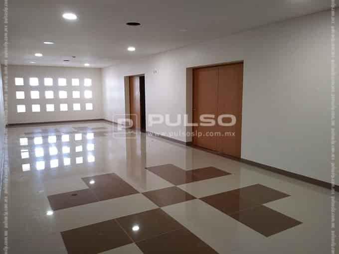 Seis salas de espera de área de consultas, una por nivel.
