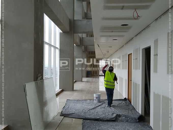 El pasillo de acceso de los médicos a los consultorios.