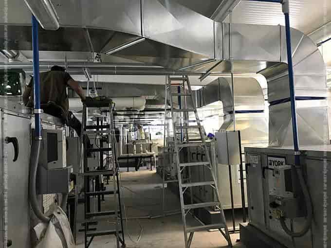 Uno de los dos espaxcios de equipamiento para ventilación interna y aire acondicionado.