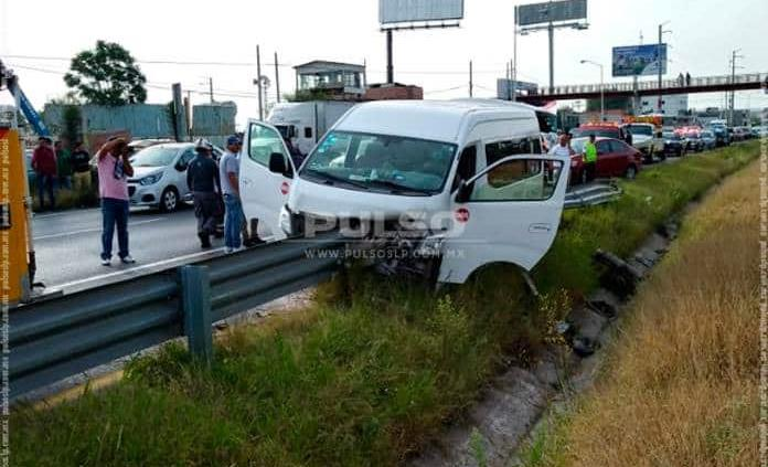 Camioneta de transporte de personal termina con barra de contención incrustada; 9 heridos