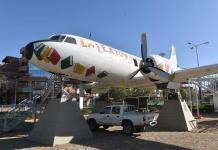 Pequeños lectores alzan vuelo en un avión convertido en biblioteca en Bolivia