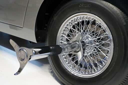 De los rines, emergen estos aditamentos para destrozar neumáticos, al menos en la ficción.