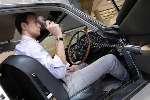 En la puerta del conductor, un teléfono al uso de la época. AP