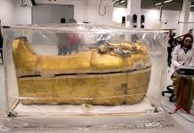 Cuidado y paciencia para devolver el lustre al sarcófago de Tutankamón