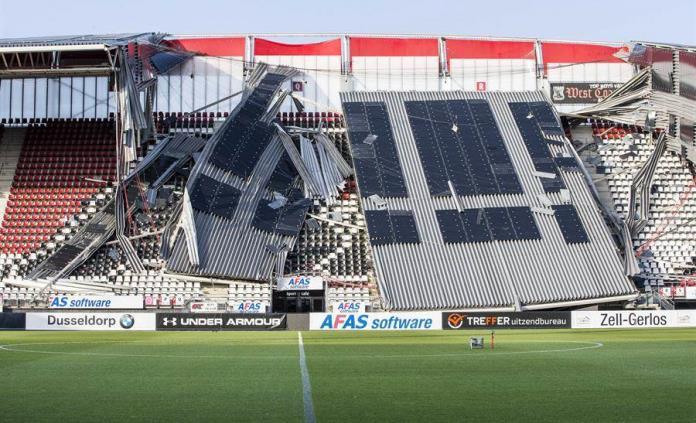 El viento derrumba parte de una cubierta del vacío estadio del AZ Alkmaar holandés
