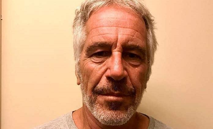 La autopsia de Epstein muestra fracturas en el cuello, según el Post