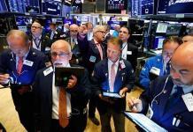 Wall Street baja arrastrada por bancos y tecnológicas