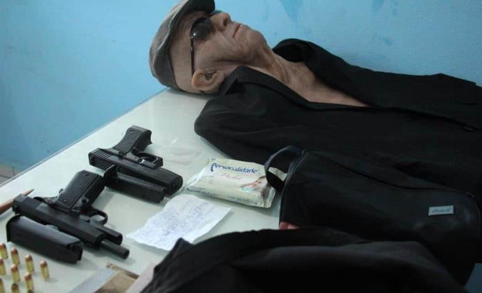 Hombre intenta robar un banco en Brasil disfrazado con máscara de anciano