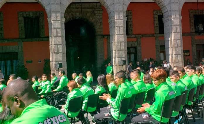 Abandera AMLO a atletas parapanamericanos y anuncia apoyos económicos
